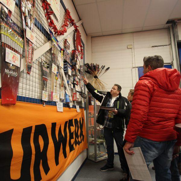 Vuurwerkliefhebbers kiezen het beste vuurwerk in de showroom van De Rijswijkse Vuurwerkhal