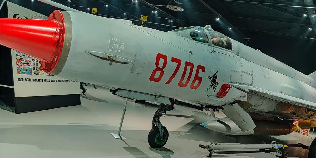 Een vliegtuig in de hangar tijdens de demo van Wolff Vuurwerk